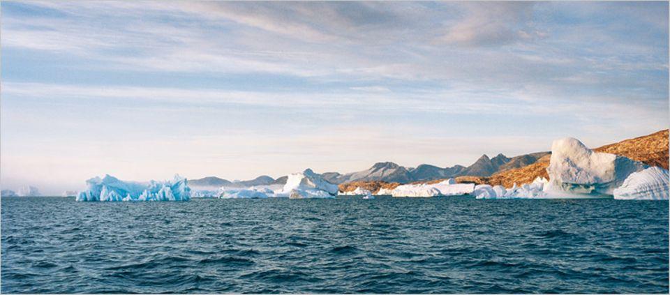 Skulpturen auf Zeit: Gletscher klaben in die 80-Kilometer-Bucht. Ganz langsam treiben die Eisberge Richtung Atlantik