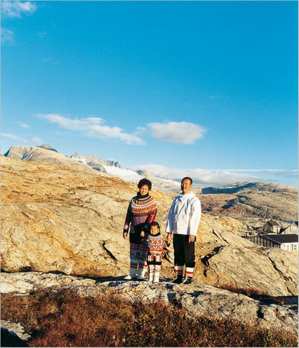 Robbenfellhosen und Kamikstiefel: Bürgermeister Otto Nakinge und seine Familie tragen ihre Tracht