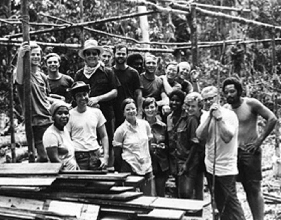 People's Temple: Seit 1974 baut eine Gruppe Getreuer in Guyana eine Farm auf. Der Sektenführer (mit Sonnenbrille) besucht sie dort