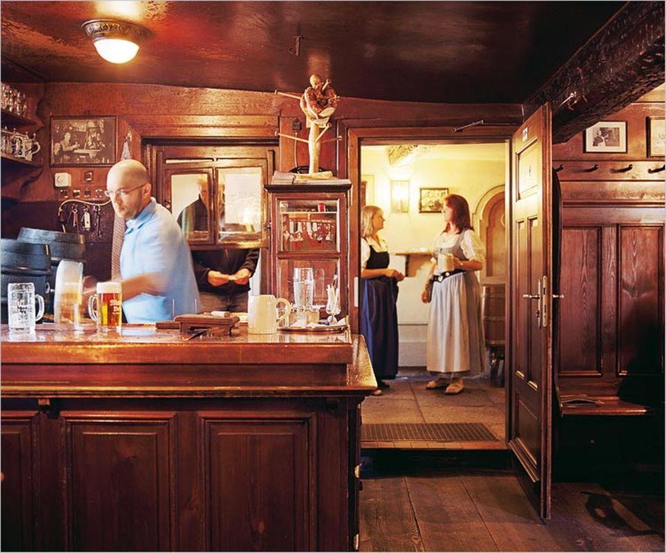 In der Wunderburg in Bamberg residiert das Brauhaus Mahr mit seiner holzgetäfelten Gaststube, für viele gilt sie als die schönste der Stadt. Gezapft wird hier von früh bis spät