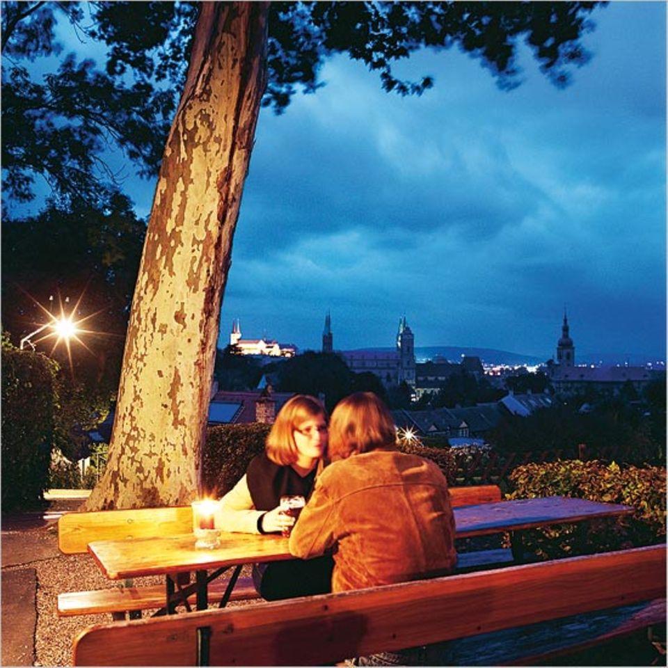 """In Oberfranken machen Bier und Landschaft selig - beim Blick über Bambergs Skyline vom """"Spezialkeller"""" aus"""