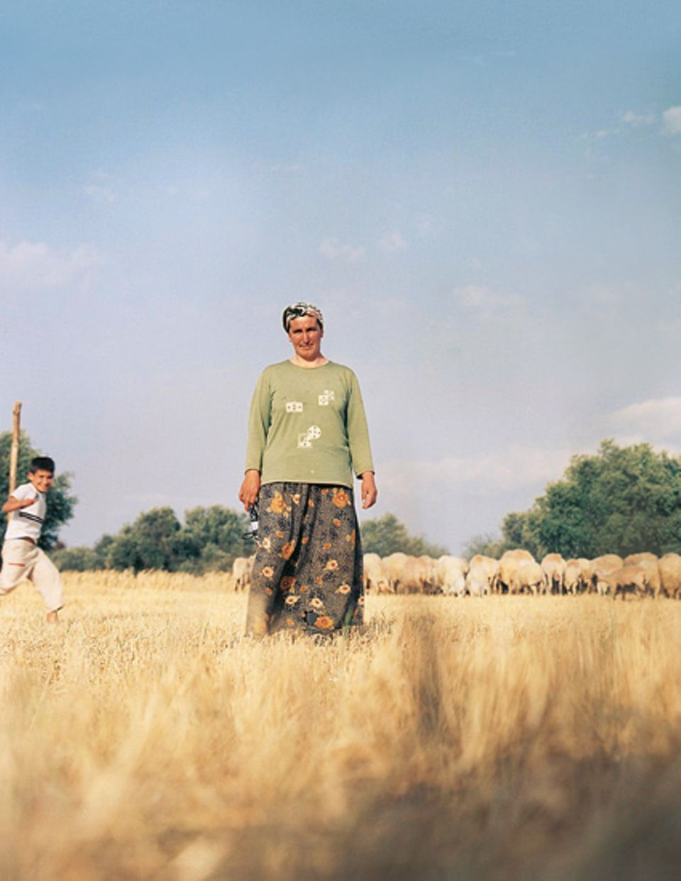Bäuerin Ayse mit ihrem Sohn und der Schafherde im touristisch kaum erschlossenen Hinterland