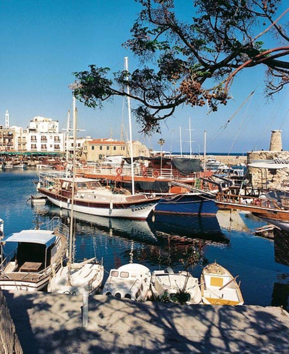 Vor dem Aufbruch: Yachten, Fischer- und Ausflugsboote dümpeln im Altstadthafen von Girne