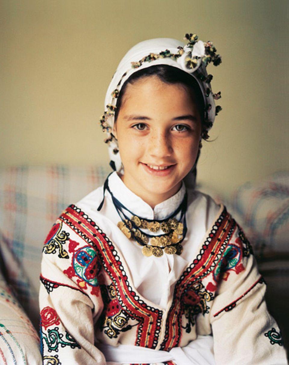 Tradition und Zukunft: Enil, die elfjährige Enkelin der Kaffeesatzleserin Emine in traditioneller Festtagskleidung