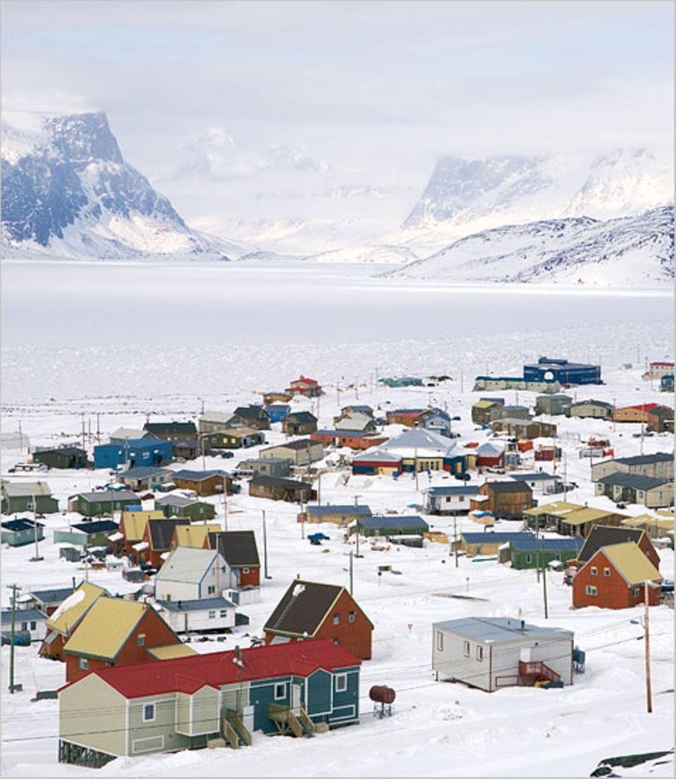 Pangnirtung: Wenn der Permafrostboden auftauen sollte, könnten die Stelzenhäuser ins Meer driften