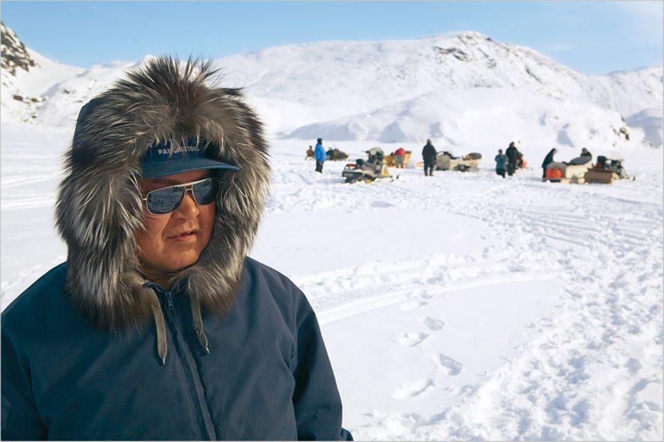 Wann immer es das Wetter zulässt, treibt es die Inuit aufs Eis. Männer jagen Robben, die Frauen fischen