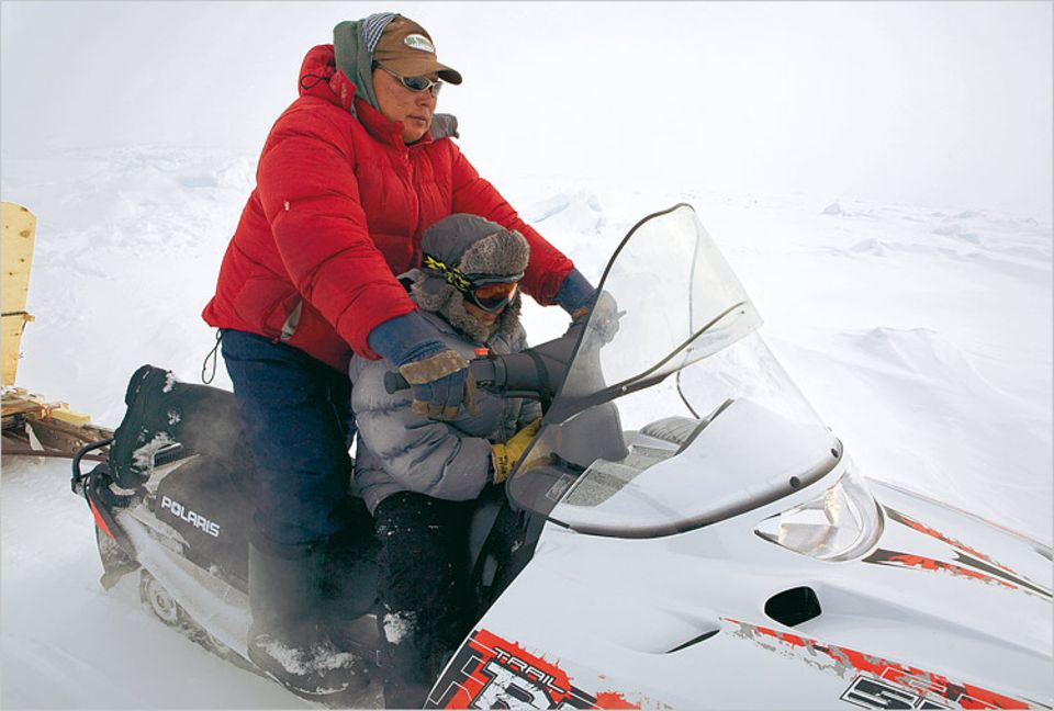 Noah Metuq lehrt schon seinen jüngsten Sohn, auf dem Eis zu überleben