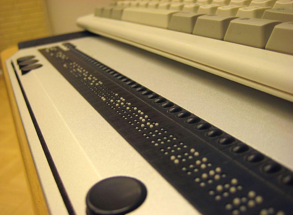 In der Braillezeile drücken sich winzige Stifte nach oben und bilden die Textzeile auf dem Bildschirm in der Blindenschrift bzw. Brailleschrift ab.