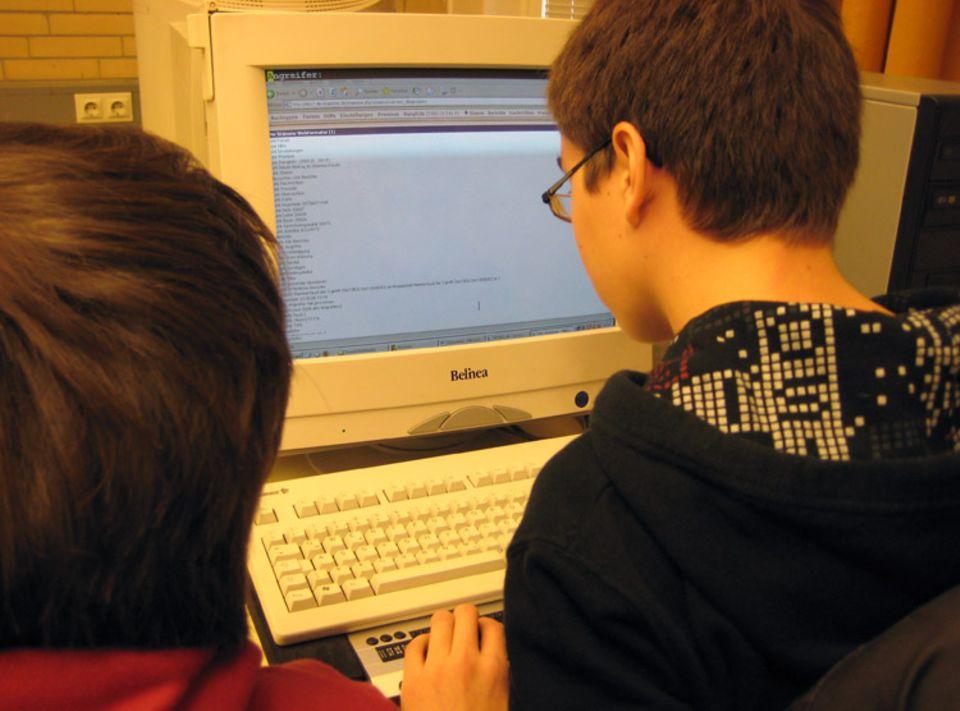 Philip und Lukas verbringen viel Zeit mit dem Computer, obwohl sie fast blind sind.