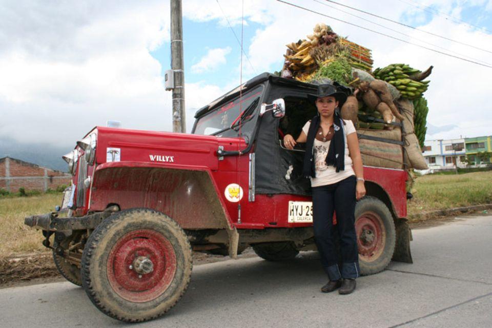 Johana Londoño ist die einzige Willys-Taxifahrerin von Kolumbien. Sie hat ihren Jeep für den alljährlichen Willys-Wettbewerb prächtig geschmückt