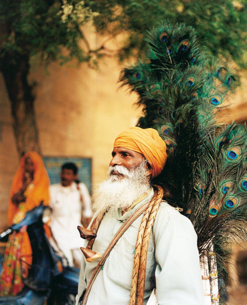 In der Altstadt von Jaisalmer verkauft Kali Charan Singh Fächer aus Pfauenfedern
