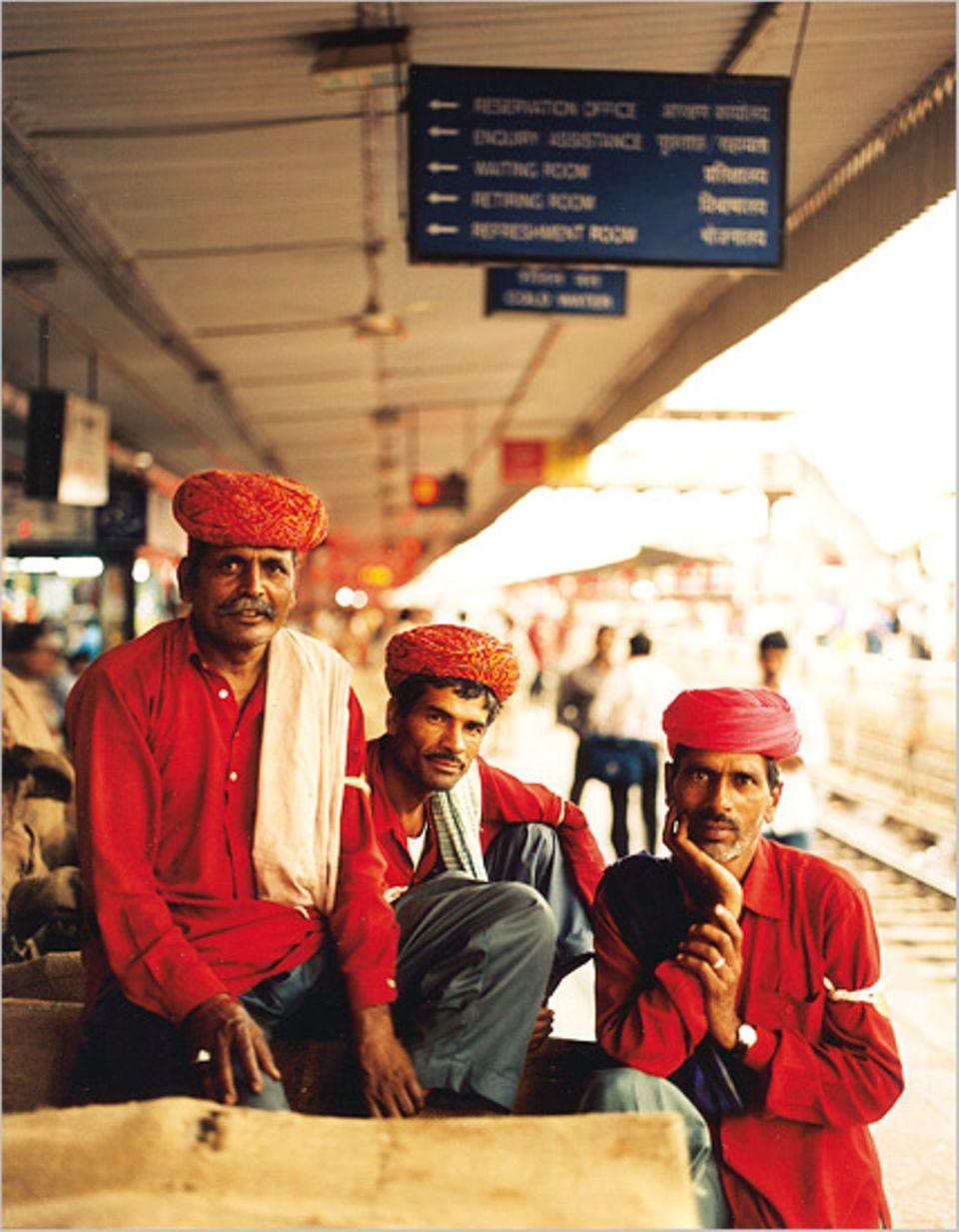 Gepäckträger am Bahnhof von Jaipur