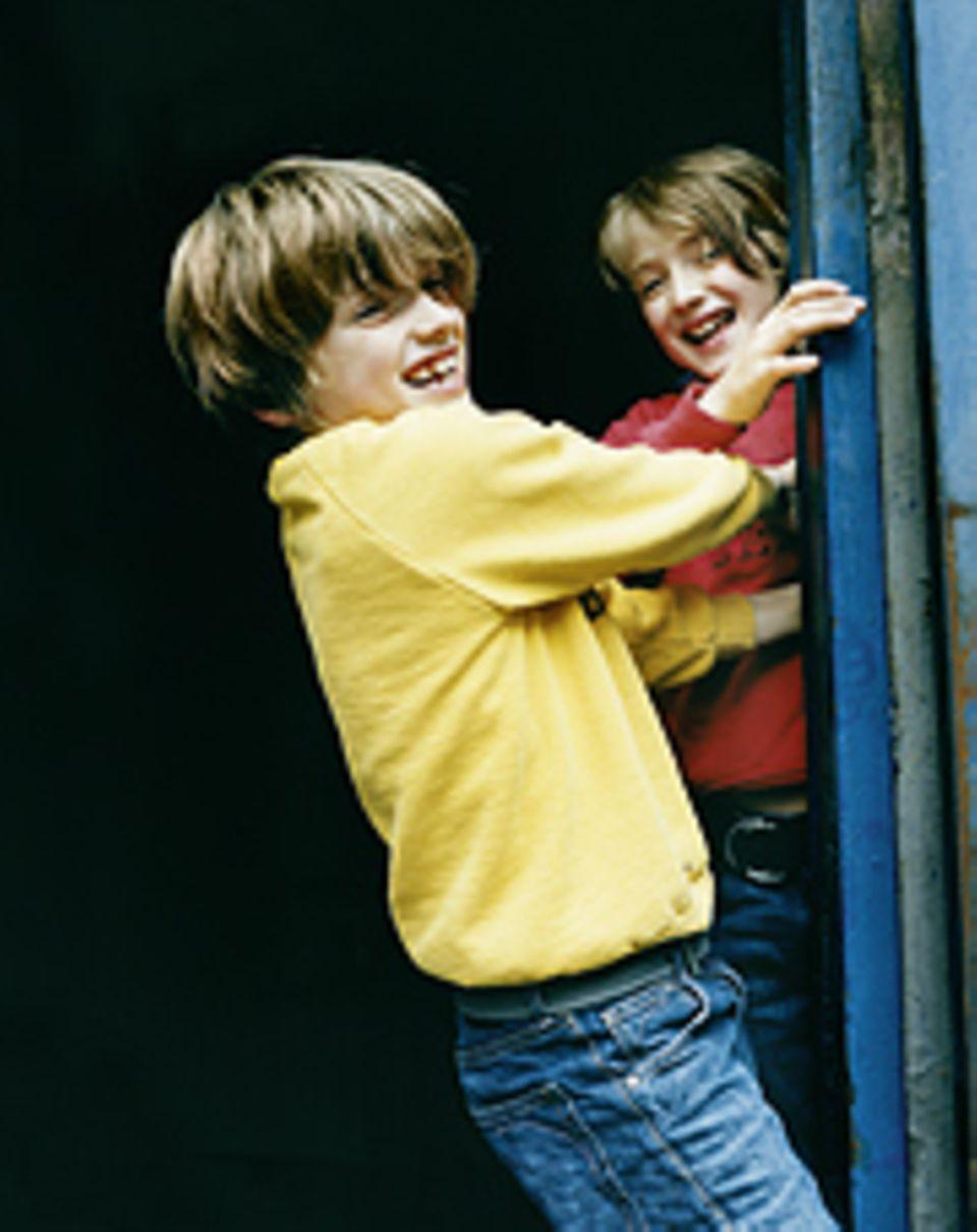 """Kindheit: Mitja, 9 (links): """"Wir sind Zwillinge, aber Bruno hat sich bei der Geburt vorgedrängelt. Eigentlich wollte ich zuerst raus. Auch heute noch drängelt er sich dauernd vor."""" Bruno, 9: """"Mitja redet dafür viel mehr als ich. Er ist außerdem ein Besserwisser."""""""