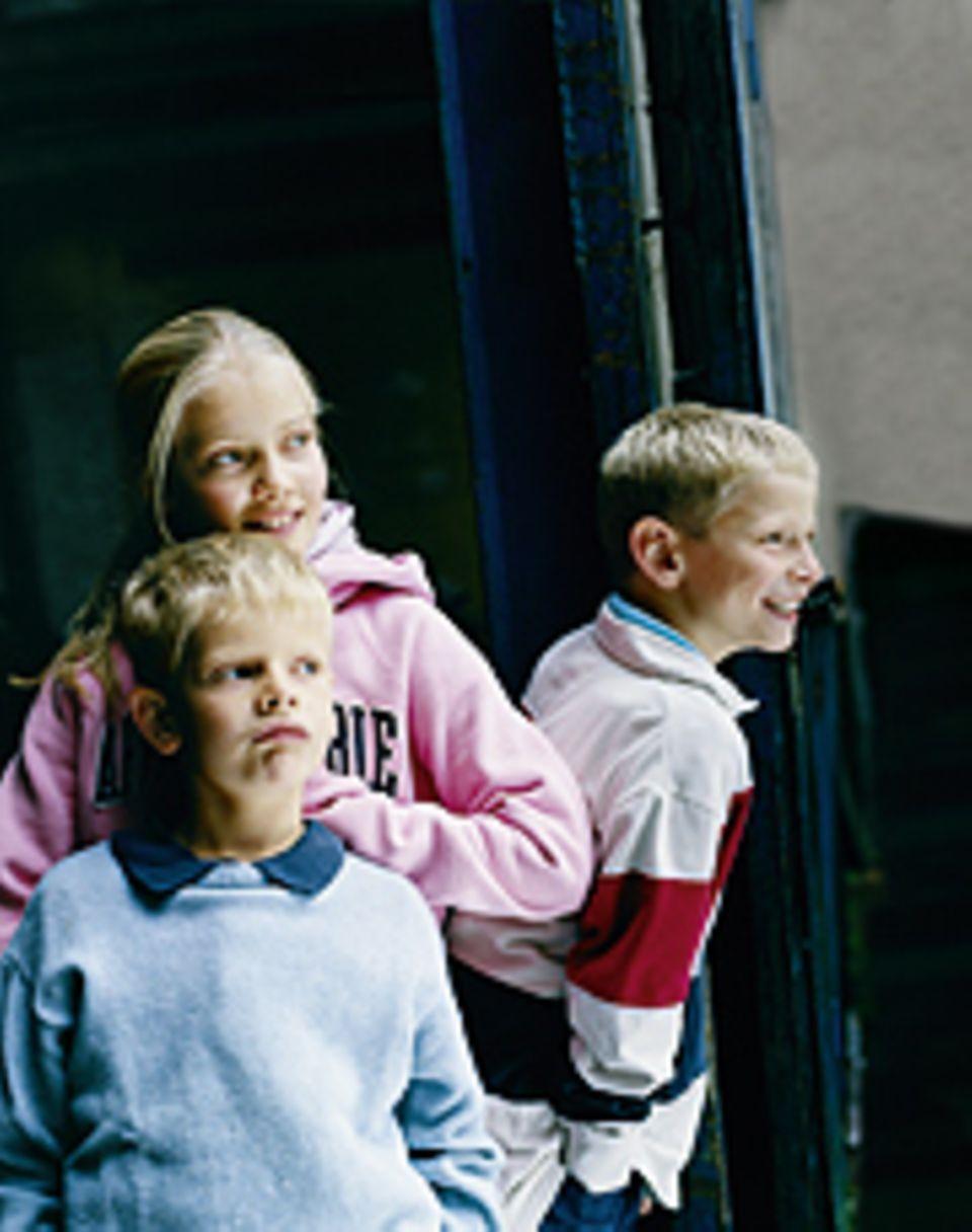 """Kindheit: Marie, 12: """"Ich wünsche mir manchmal, jünger zu sein und nicht die Älteste. Außerdem habe ich mir immer eine Schwester zum Spielen gewünscht. Eine, die etwa so alt ist wie ich."""" Friedrich, 10: """"Von 100 Streitereien zwischen uns Geschwistern sind 95 zwischen meinem Bruder und mir. Wenn Johann und ich uns zanken, muss ich immer nachgeben, weil ich der Ältere bin. Das nervt mich."""" Johann, 7: """"Meine Schwester bevormundet mich ganz schön oft. Sie tut dann immer so, als wäre sie meine Mutter."""""""