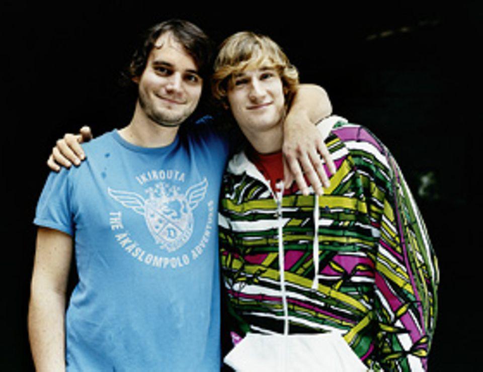 """Kindheit: Vincent, 18 (rechts): """"Wir haben keinen regelmäßigen Kontakt. Wenn, eher per E-Mail. Wir haben aber ein gutes Verhältnis zu einander, auch wenn wir uns nur grob kennen."""" Jo, 25: """"Wir haben einen mittleren Bruder, Ingmar, 23. Zu ihm habe ich ein engeres Verhältnis, wir beide hatten früher schon gemeinsame Freunde und Bands."""""""