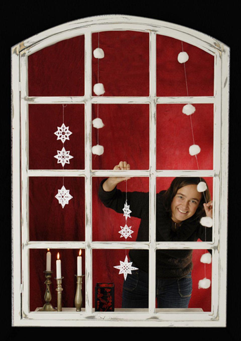 """Textredakteurin Barbara Lich schmückt ihr Fenster mit winterlichen """"Schneeflocken"""" - so gibt's garantiert weiße Weihnachten!"""