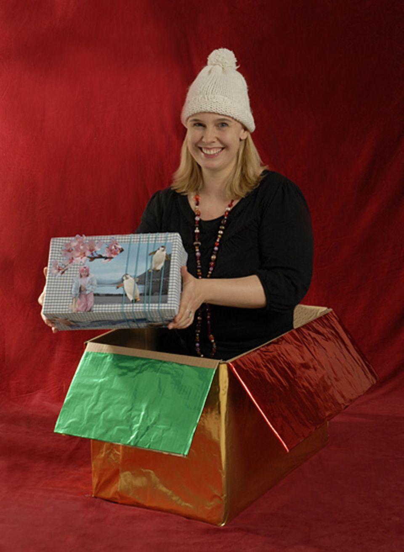 Textredakteurin Alva Gehrmann verpackt ihre Weihnachtsgeschenke in hübschen Geschenkkisten