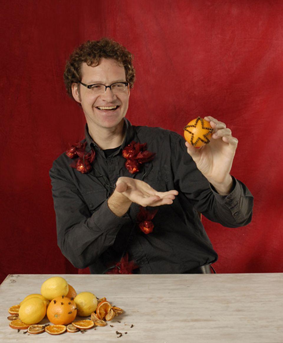 Man nehme: Eine Orange und ein paar Nelken - fertig ist eine gut riechende Dekoration, wie sie bei Chefgrafiker Klaus Lingenauber daheim zu finden ist