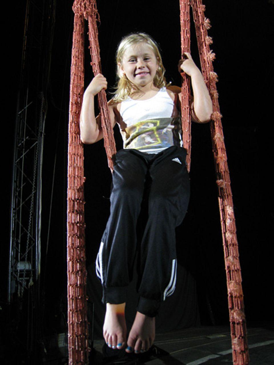 Nach der Schule turnt die achtjährige Vita am liebsten an den Bändern. Angst hat sie dabei trotz der schwindelerregenden Höhe nie