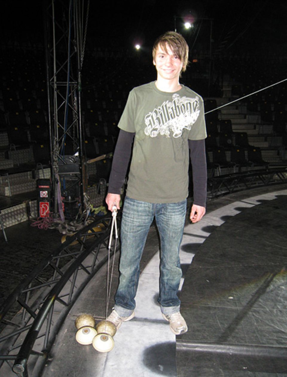 Nicolai ist 15 und liebt das Leben beim Zirkus. Nächstes Jahr will er seinen Realschulabschluss machen - und nebenbei trainiert er fleißig mit seinem Diabolo