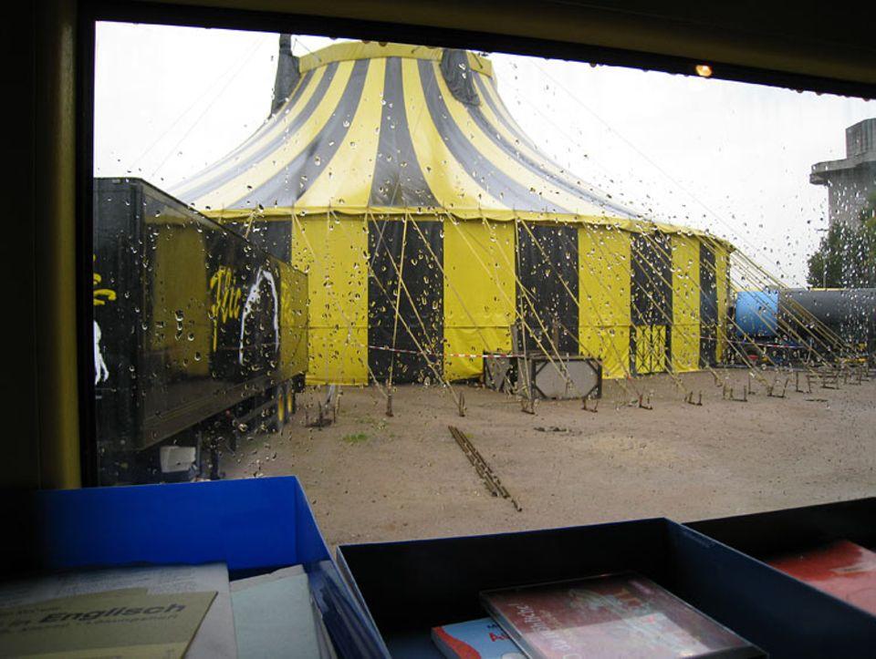 Der Blick aus dem Fenster des fahrenden Klassenzimmers: Das Zirkuszelt ist allgegenwärtig und ein wichtiger Teil im Leben der FlicFlac-Kinder