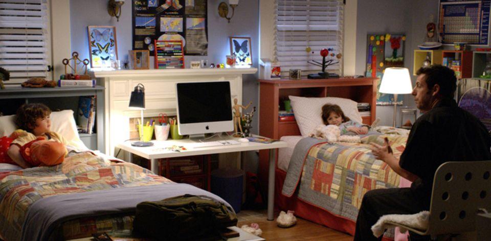 Skeeter (Adam Sandler) liest seinen Neffen Gutenachtgeschichten vor, die wahr zu werden scheinen