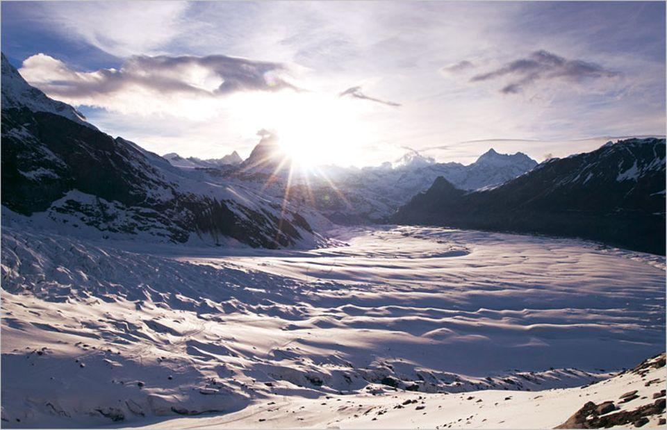 Erleuchtung auf dem Gornergletscher, 2795 Meter über Normalnull im Monta-Rosa-Massiv. Im Spot der Morgensonne strahlt das Matterhorn