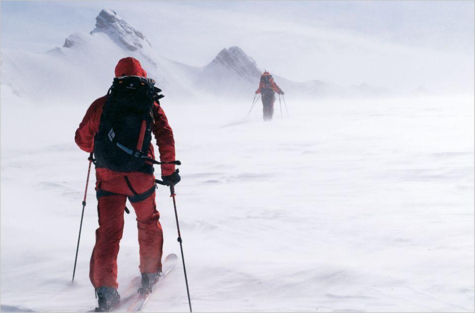 Windige Etappe auf dem Breithornplateau, einer riesigen Schneefläche unterhalb des Viertausenders
