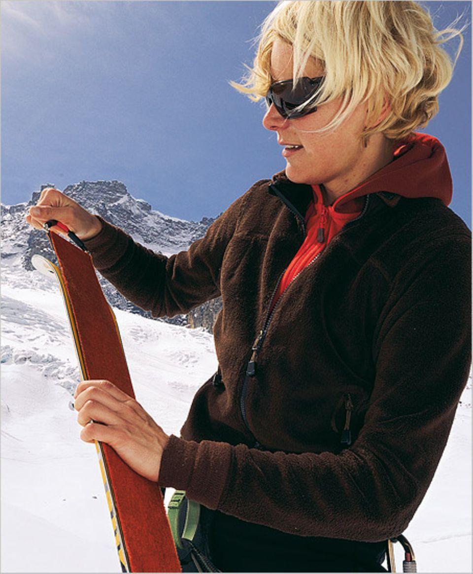 Dickes Fell: Über die Skier werden Felle gezogen, damit sie guten Halt auf glatten Wegen bieten