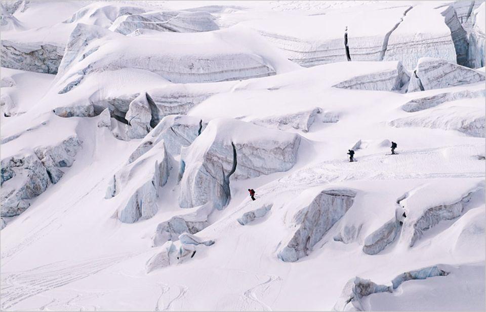 Im Eislabyrinth des Schwarzgletschers, unweit des Breithorns. Abfahrer müssen aufpassen: Unter der Schneeschicht verstecken sich oft tiefe Spalten