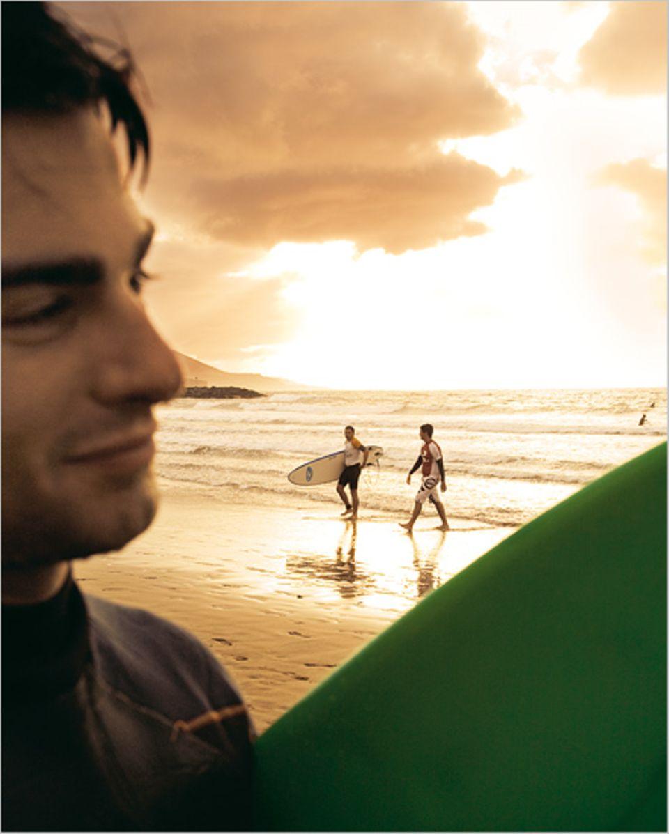 Auf der Suche nach der perfekten Welle: Surfer am Strand