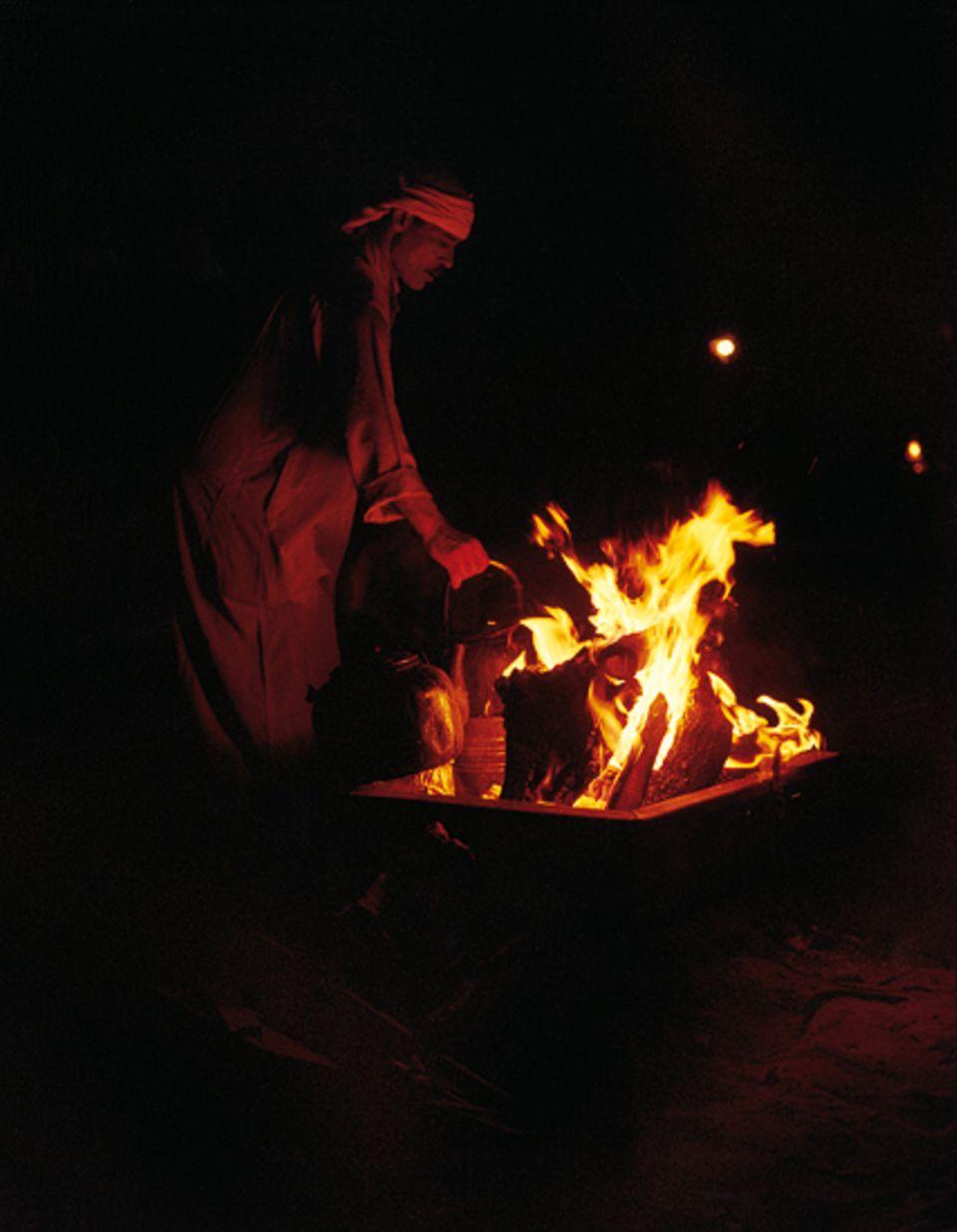 """In klaren Nächten zünden die Beduinen im Zeltlager des """"Captain's Desert Camp"""" ein Feuer an - und die Gäste wärmen sich unter einem übewältigenden Sternenhimmel"""