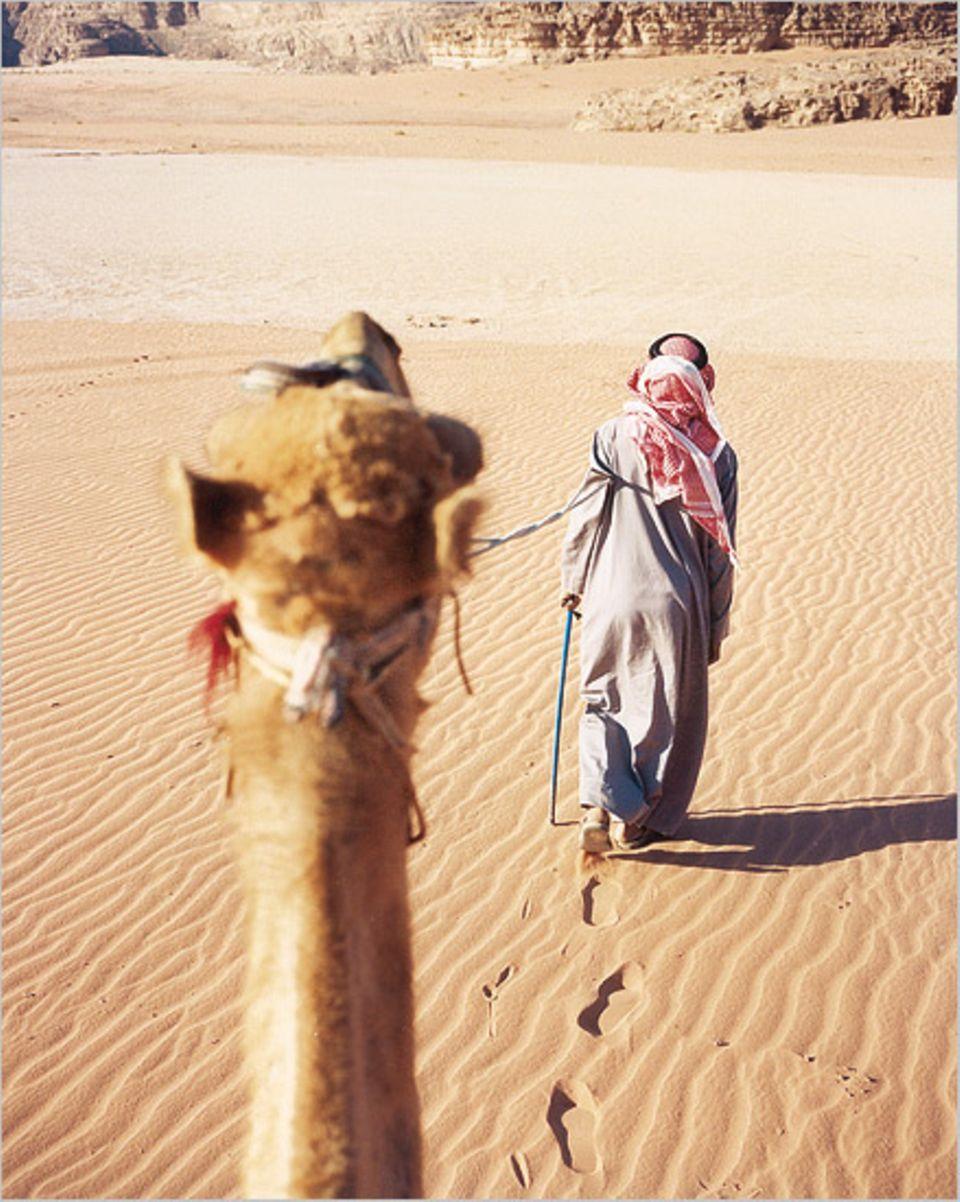 Keine Zeit für eine Zigarettenpause: Der schnellste Weg durch die Wüste ist allerdings der Desert Highway - per Auto