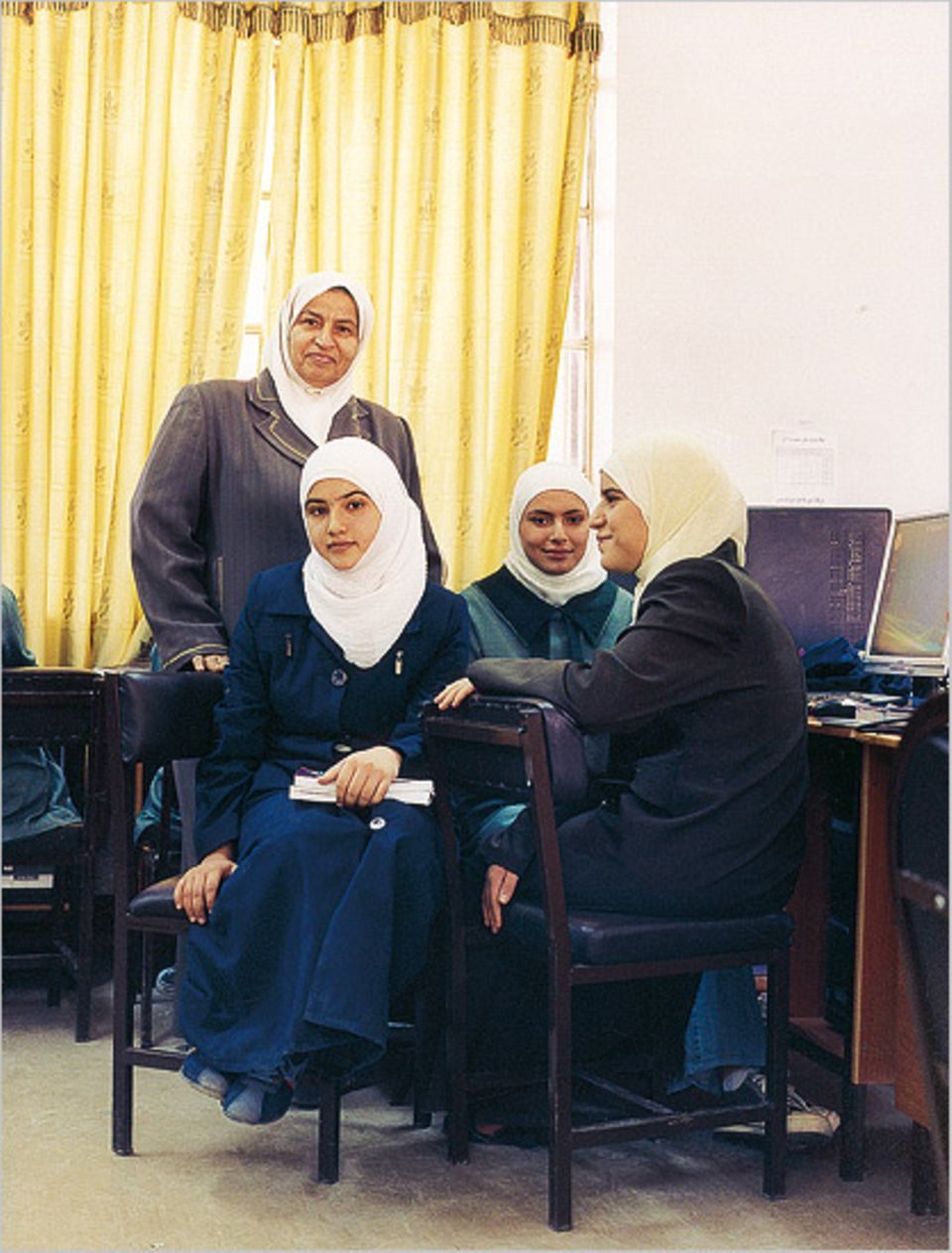 In Ma'an leitet Salfa Abu Tayeh ein Internat für Beduinentöchter - mit Online-Zugang