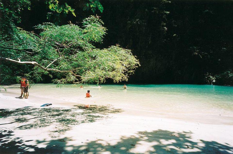 Eingang zum Paradies: Wer zur Lagune will, muss den Tunnel der Smaragdhöhle durchqueren