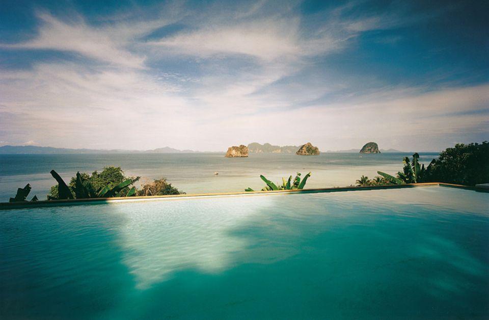 "Hinter dem Horizont geht's wieter: Pool des ""Chateau Hill Resort"" auf Ko Hai"