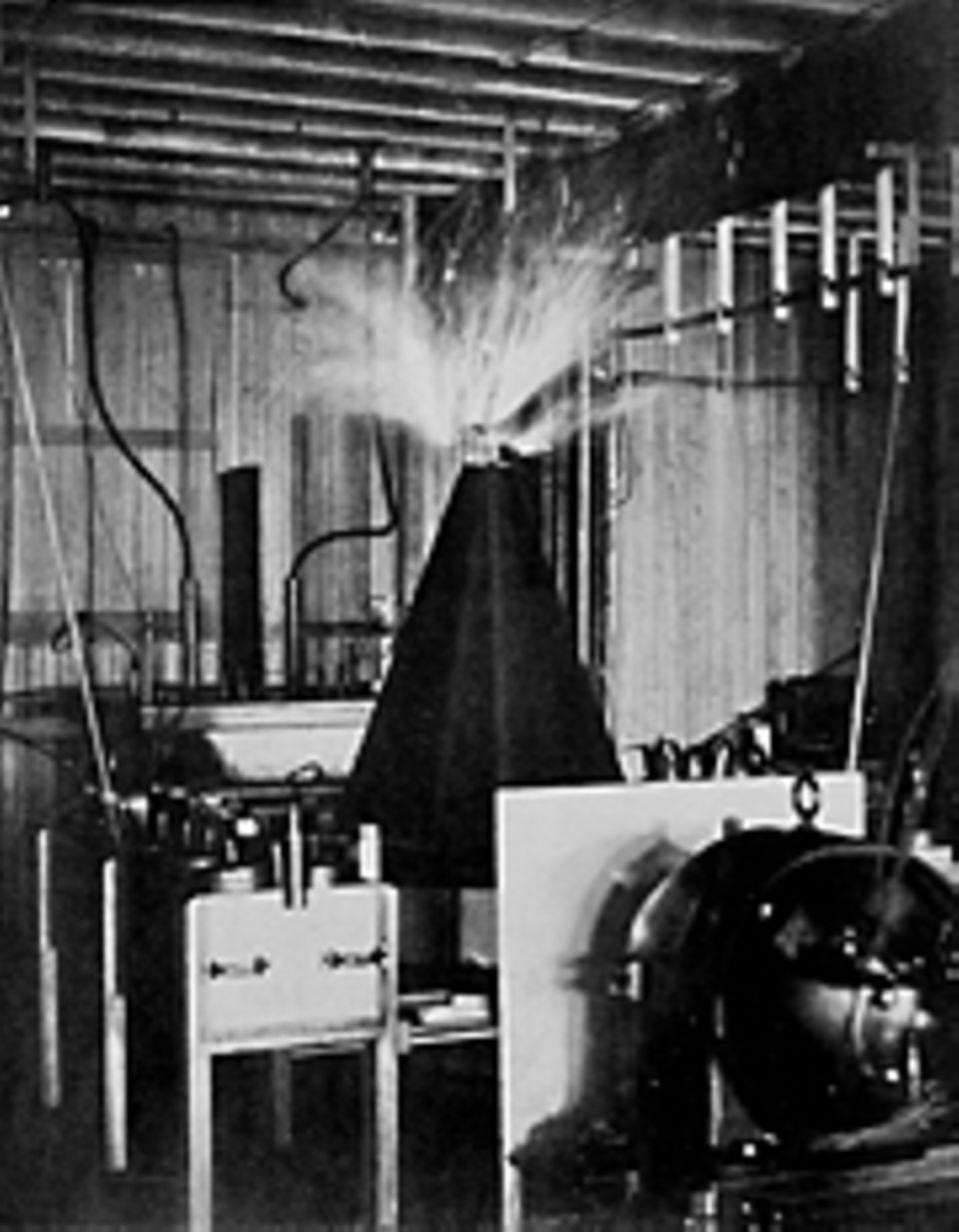 Erfinder: Mit dieser Tesla-Spule erzeugt der Serbe Wechselströme von sehr großer Spannung und verfolgt dabei einen utopisch anmutenden Plan: Er will diese Ströme auch für die drahtlose Telegraphie nutzen und sie dazu über große Entfernungen etwa durch das Erdreich schicken. Doch 1906 bricht er die Versuche ab