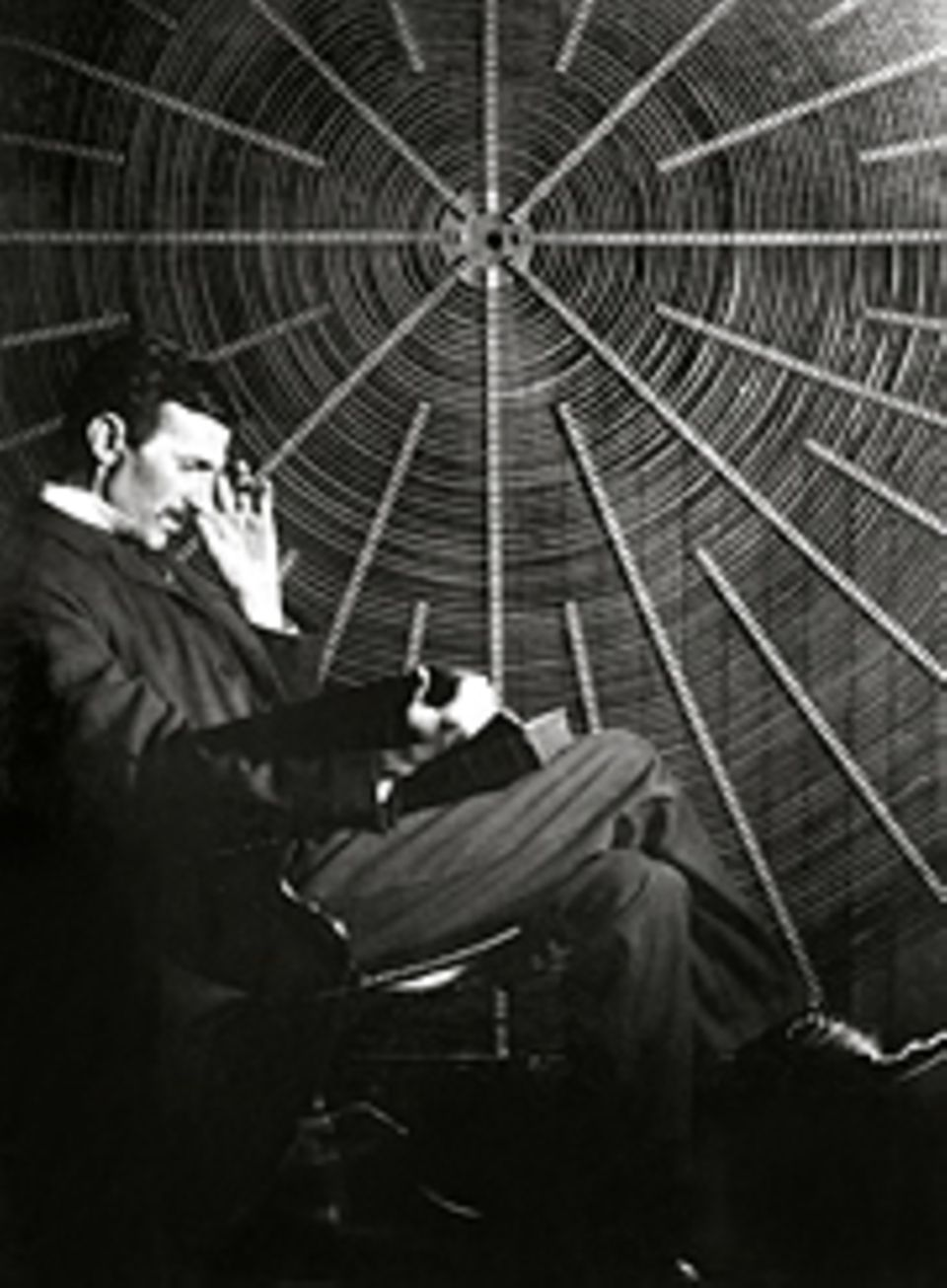Erfinder: Nach seinem Bruch mit Edison arbeitet Tesla - hier in den 1890er Jahren in seinem Labor - für den Industriellen George Westinghouse, der seine Patente kauft und dem Wechselstrom zum Durchbruch verhilft
