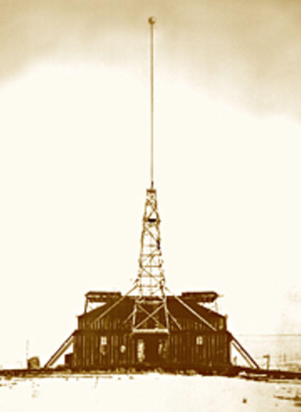 Erfinder: Eine Metallkugel krönt den 45 Meter hohen Mast von Teslas Versuchsstation in der Wüste bei Colorado Springs. Mit der Anlage erzeugt der Erfinder gewaltige Blitze und Radiowellen, um die elektrischen Kräfte zu erforschen und nutzbar zu machen