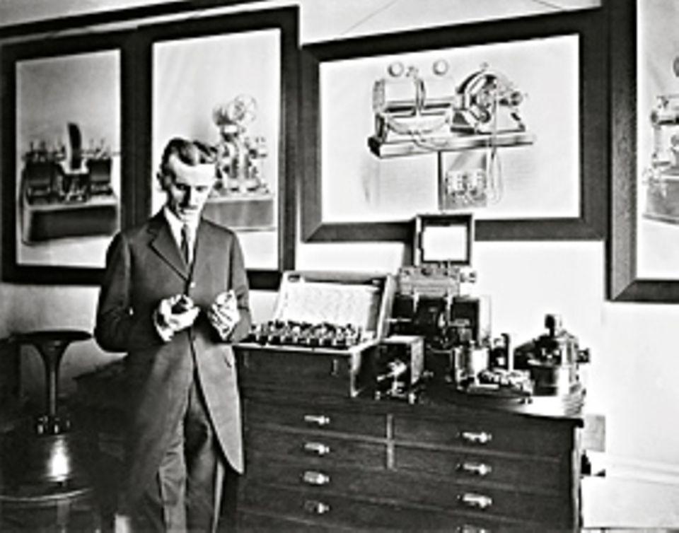 Erfinder: Tesla - hier um 1900 im New Yorker Büro - bleibt immer kreativ. Mit über 50 konstruiert er unter anderem Frequenzmesser, Blitzableiter, ein senkrecht startendes Fluggerät und ein geothermisches Kraftwerk