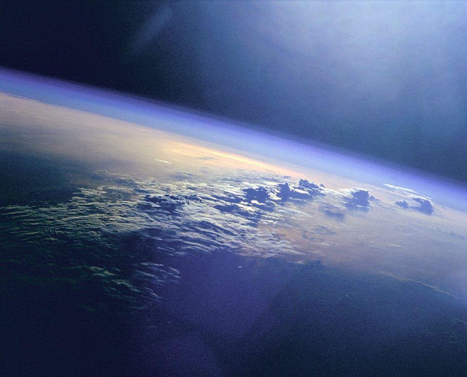 In der Stratosphäre bilden sich kaum Wolken, weil der Gehalt an Wasserdampf zu gering ist. Könnten künstliche Dunstschleier für die nötige Kühlung der Erde sorgen?