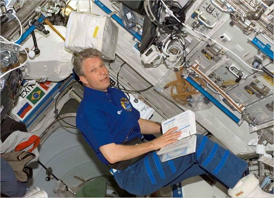 Astronaut Thomas Reiter bei einer Expedition im Weltraum mit der STS-121 Mannschaft im Weltraumschiff Discovery