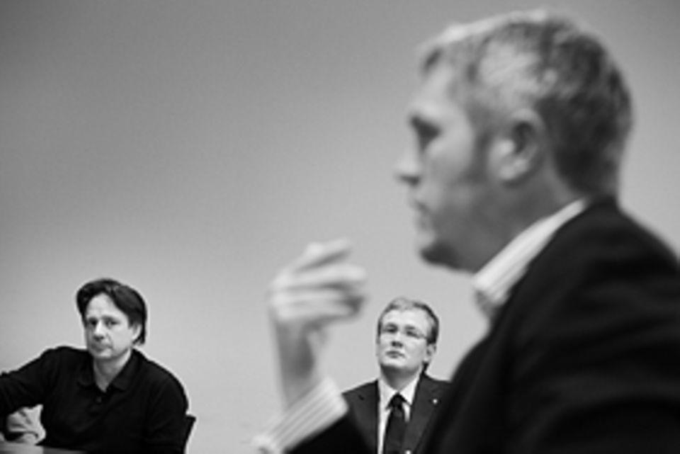 """Lebenslauf-Forschung: Skeptische Blicke bei der Geschäftsführerkonferenz in Berlin. Die """"Wilden Fünf"""" wurden De Meo und seine vier Co-Chefs früher genannt, so rasant bauten sie das Unternehmen aus. Dabei wurden auch viele Mitarbeiter entlassen"""