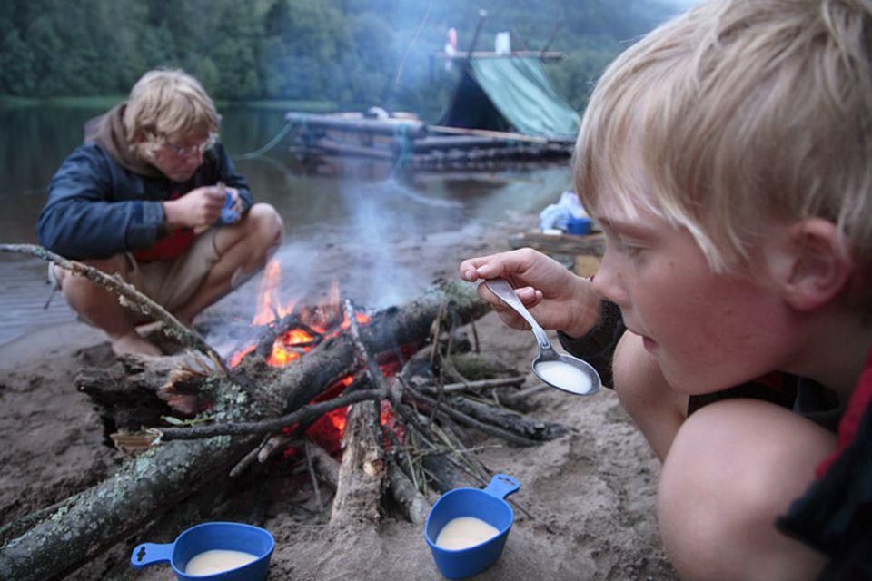 Abends wird Feuerholz gesammelt, zur Stärkung gibt es Spargelsuppe aus der Tüte