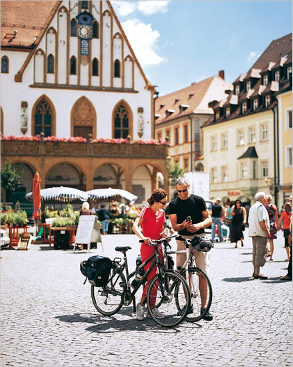 Auf dem Marktplatz von Amberg startet das GEO Saison-Tema die Fünf-Flüsse-Tour