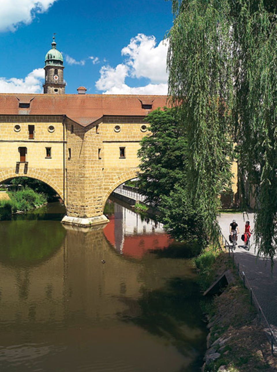 An der Vils entlang durchs mittelalterliche Stadtor in Amberg