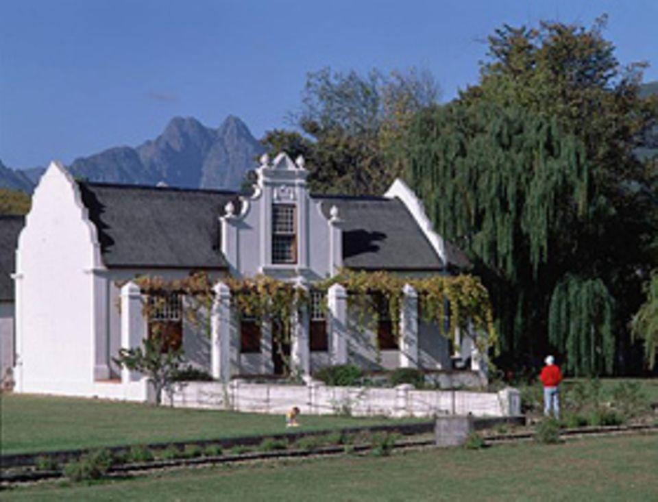 Gebäude mit kapholländischer Architektur sind typisch rund um die Weinstraßen