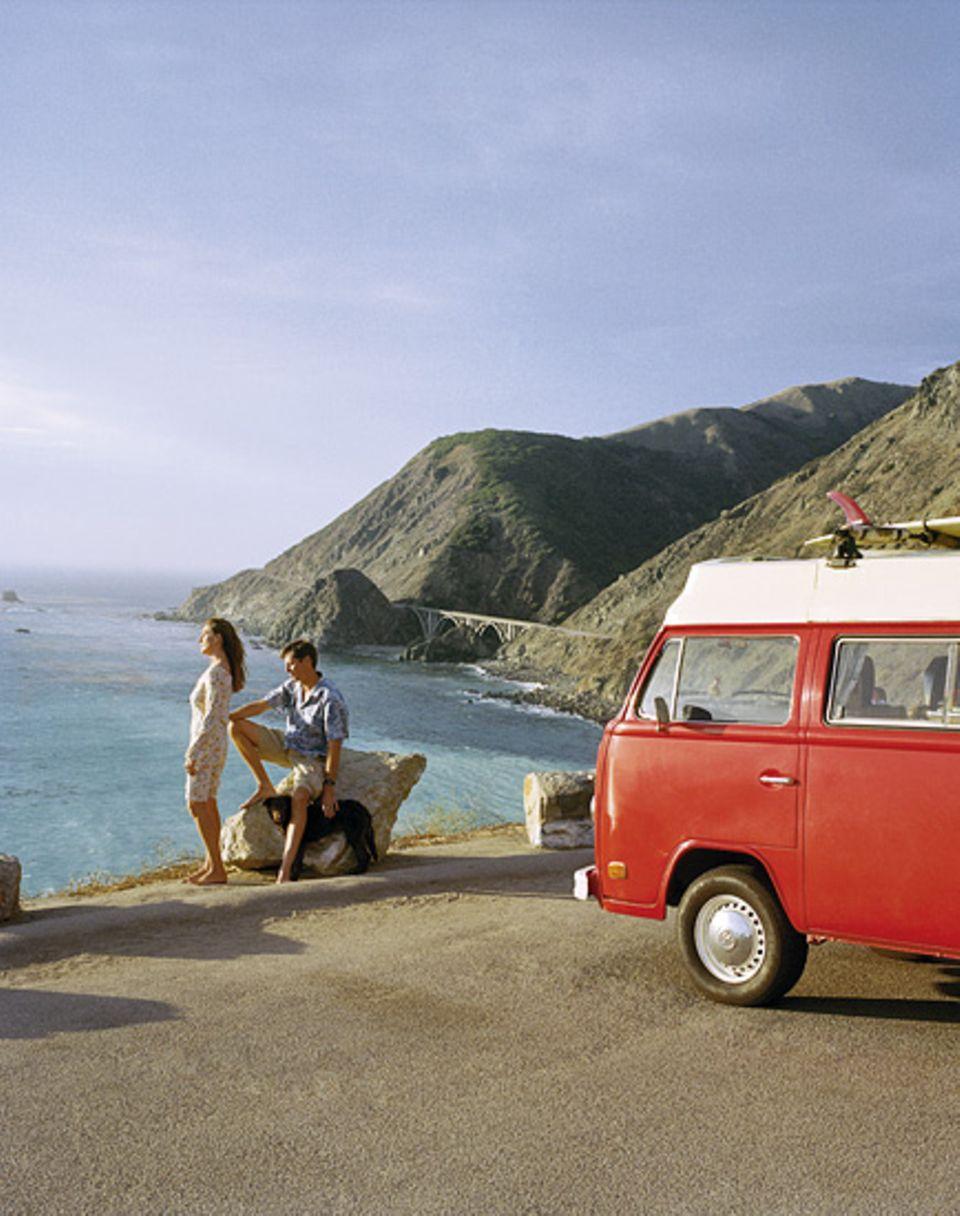 Gruppenbild mit Rell Sunn, dem Hippie-Mobil aus den Siebzigern