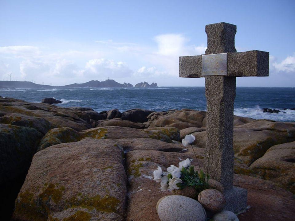 Kreuze auf den Klippen der galicischen Todesküste warnen vor der Gewalt des Meeres