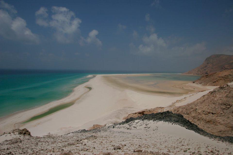 Eine der weltweit eindruckvollsten Lagunen an der Nordküste Sokotras. Der Bau einer Straße durch das Naturschutzgebiet konnte von der Umweltbehörde verhindert werden. 73% von Sokotra stehen unter Schutz. Seit 2008 zählt die Insel zum UNESCO Weltnaturerbe